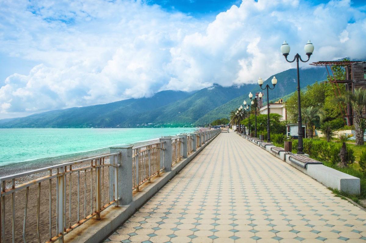 Набережная и пляж Гагры
